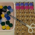 Bouchons et pince métallique